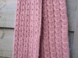Echarpe tricotée main, en torsades et bien longue.