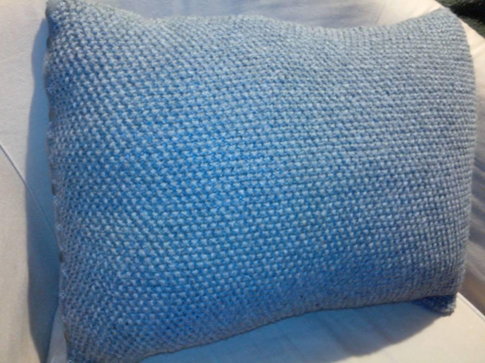 Une housse de coussin en tricot torsades l atelier de tina - Housse de coussin en tricot ...